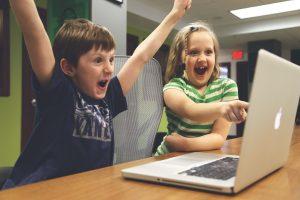 Kinder lernen Fremdsprache-Erfolg-Laptop-Apps