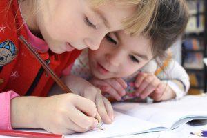 Kinder lernen Fremdsprache
